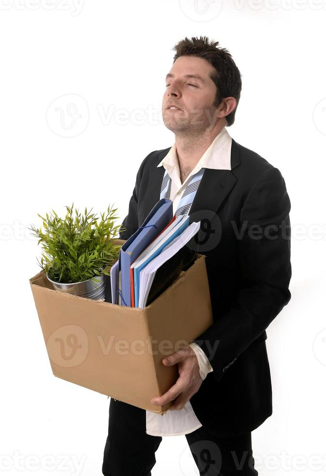 homme d'affaires en désordre avec boîte en carton tiré de l'emploi photo