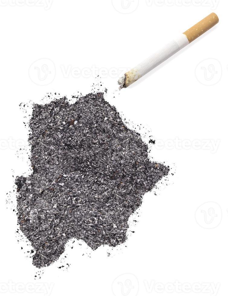cendre en forme de botswana et d'une cigarette. (série) photo