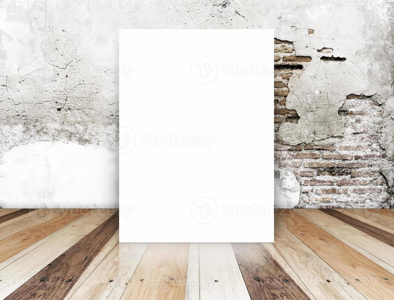 affiche vierge dans le mur de briques de crack et plancher en bois tropical photo