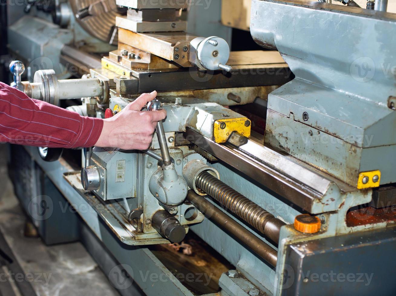 l'homme travaille pour la machine de production photo