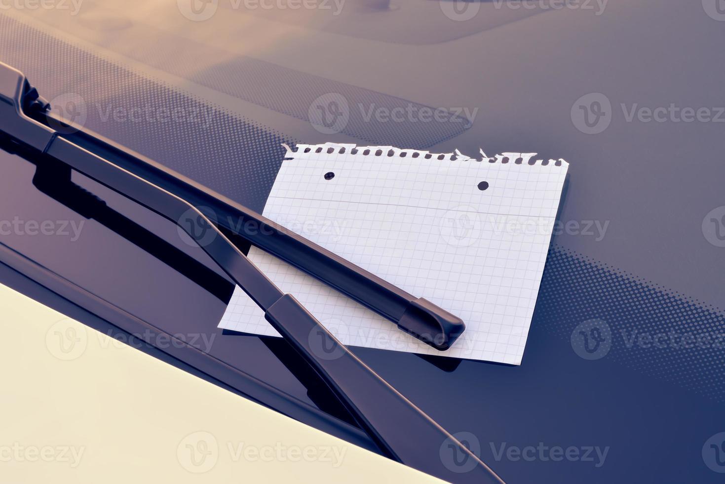 feuille de papier sous un essuie-glace photo