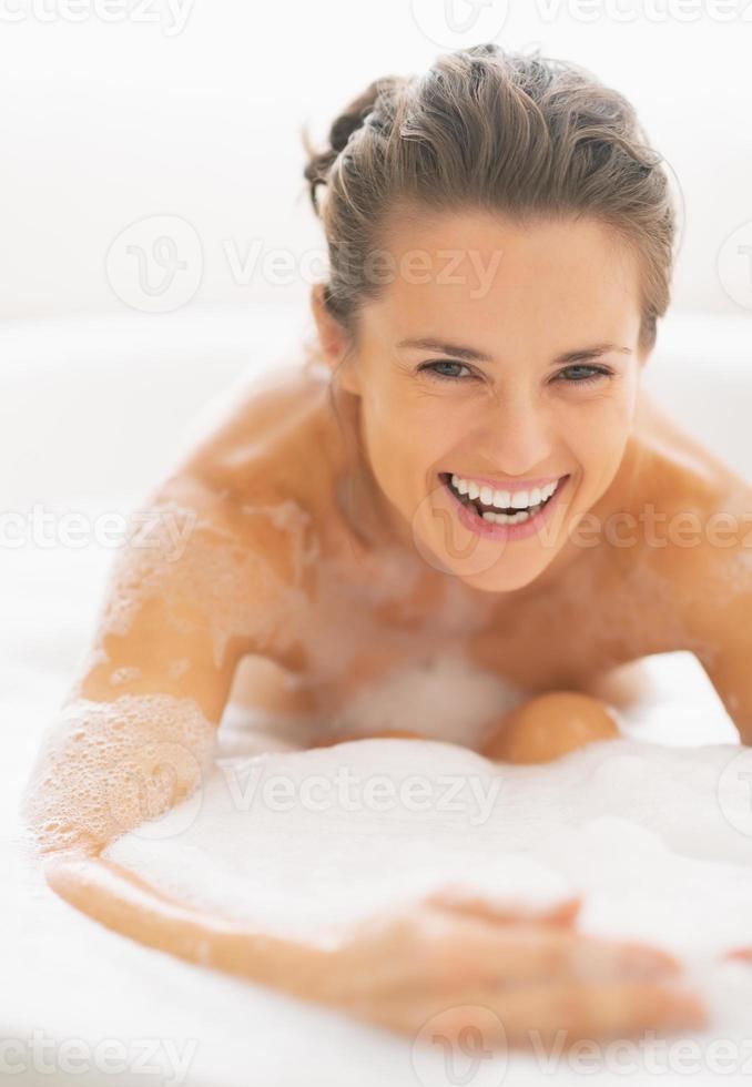 sourire, jeune femme, jouer, à, mousse, dans, baignoire photo