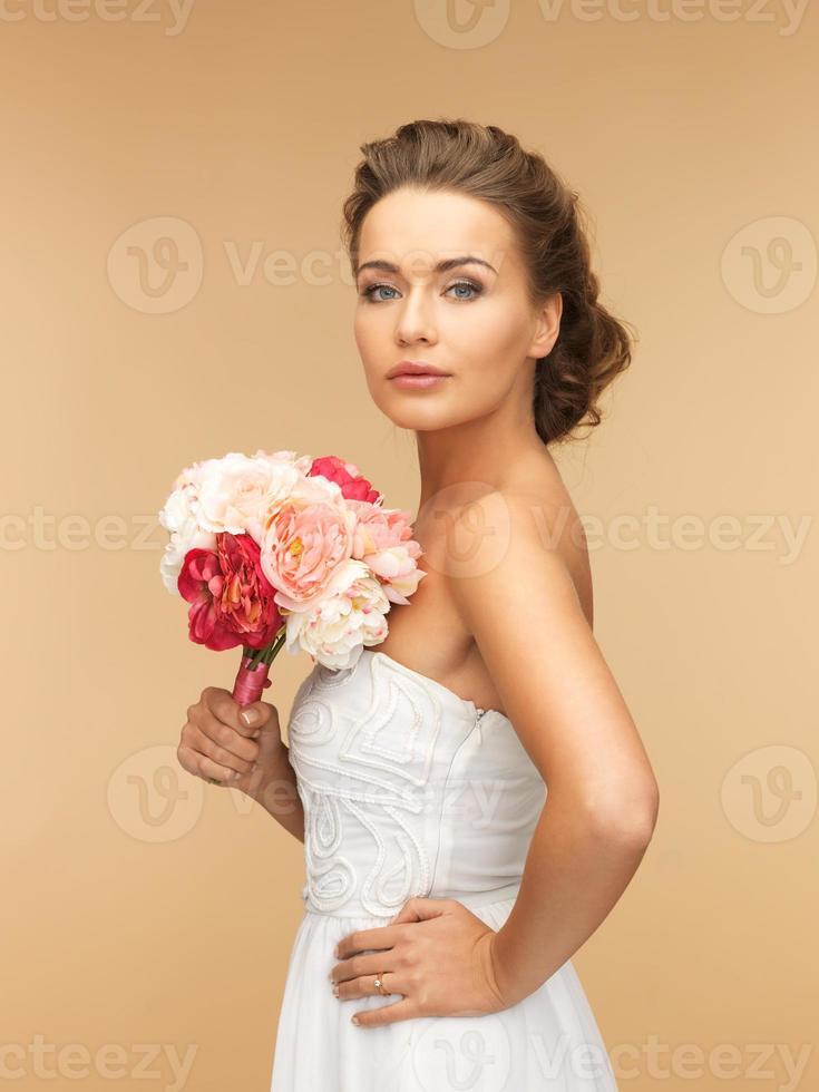 femme avec bouquet de fleurs photo