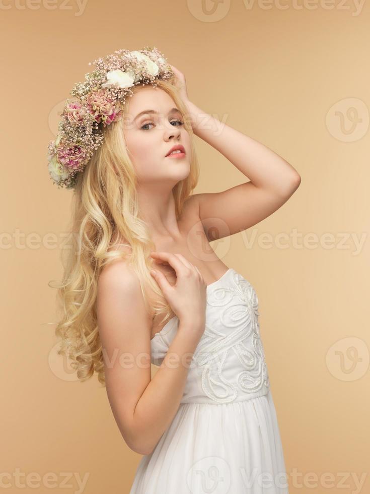 femme, porter, couronne fleurs photo