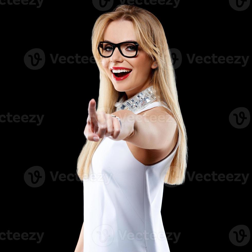 heureuse femme blonde pointant sur la caméra photo
