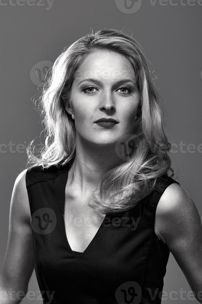 portrait d'une femme blonde. photo