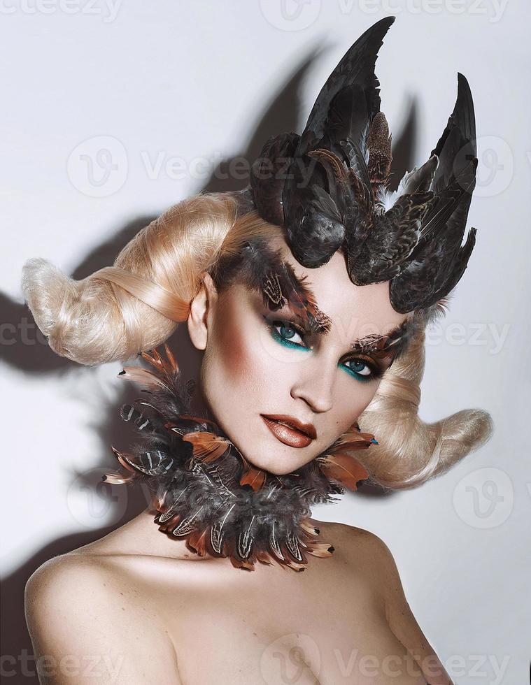 fille avec plume maquillage photo