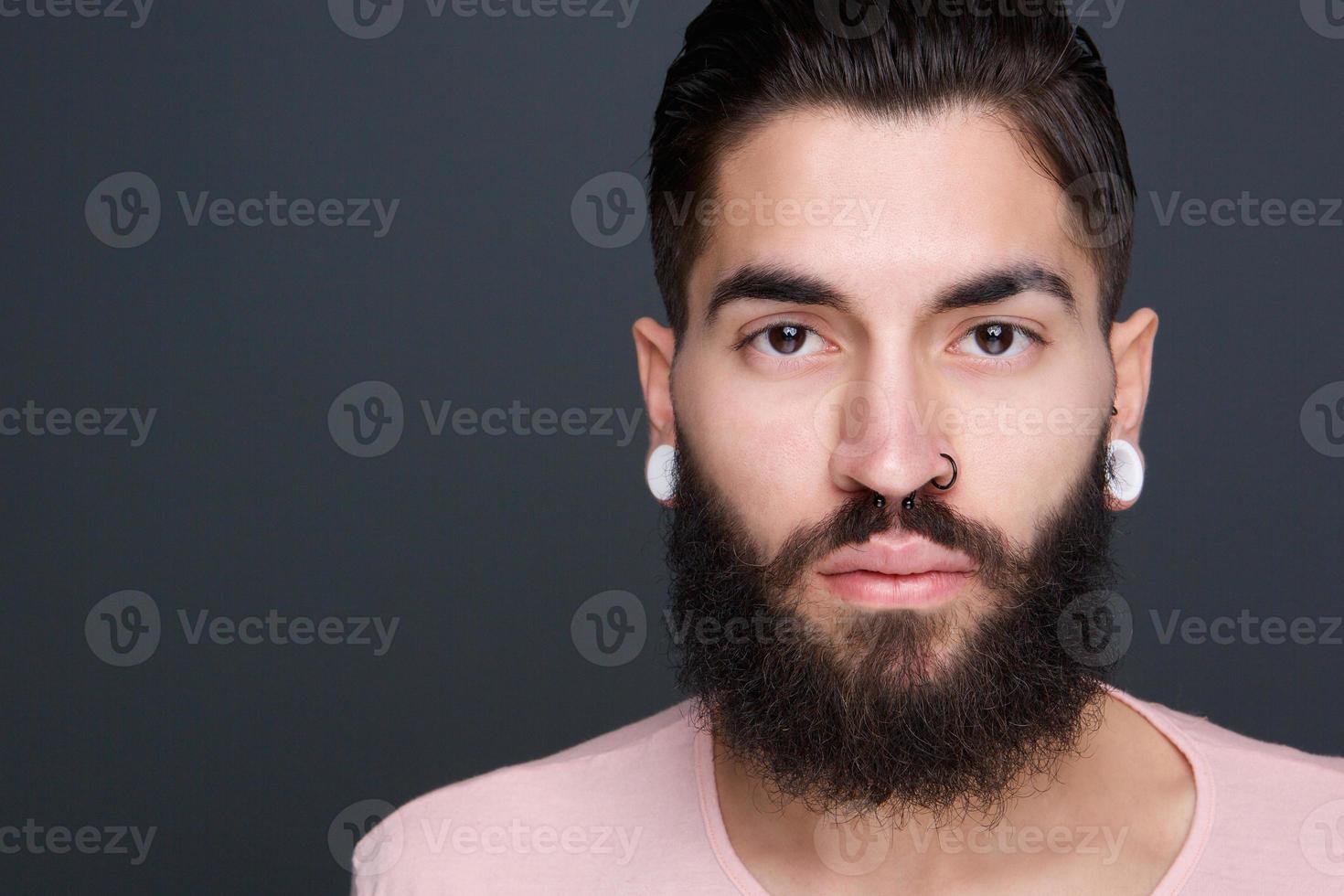jeune homme avec barbe et piercings photo