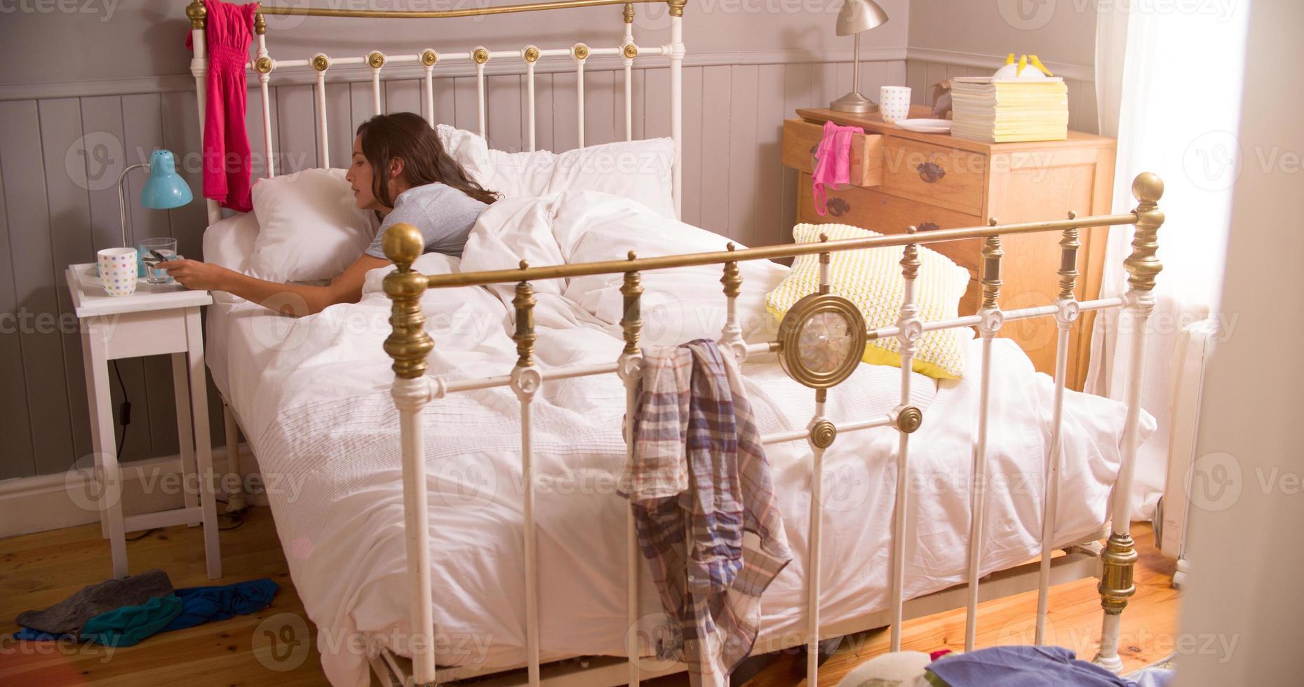 femme, lit, réveillé, alarme, mobile, téléphone photo