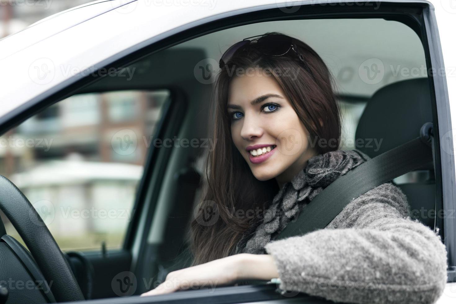 jeune femme en voiture photo