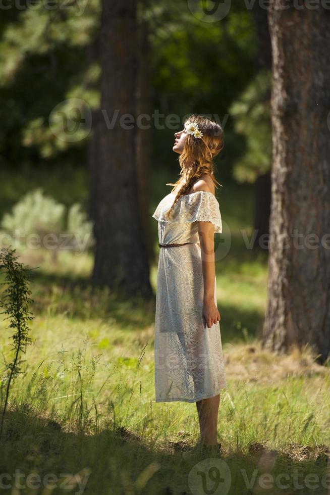 jolie jeune femme boho debout dans la forêt photo