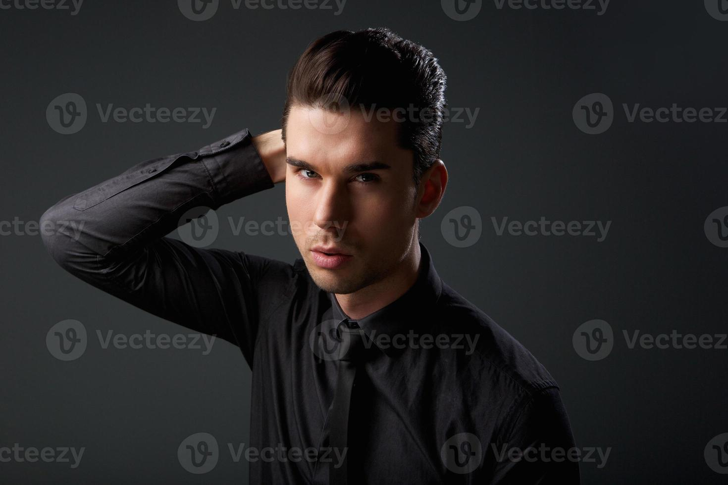 portrait, élégant, jeune, homme, main, cheveux photo