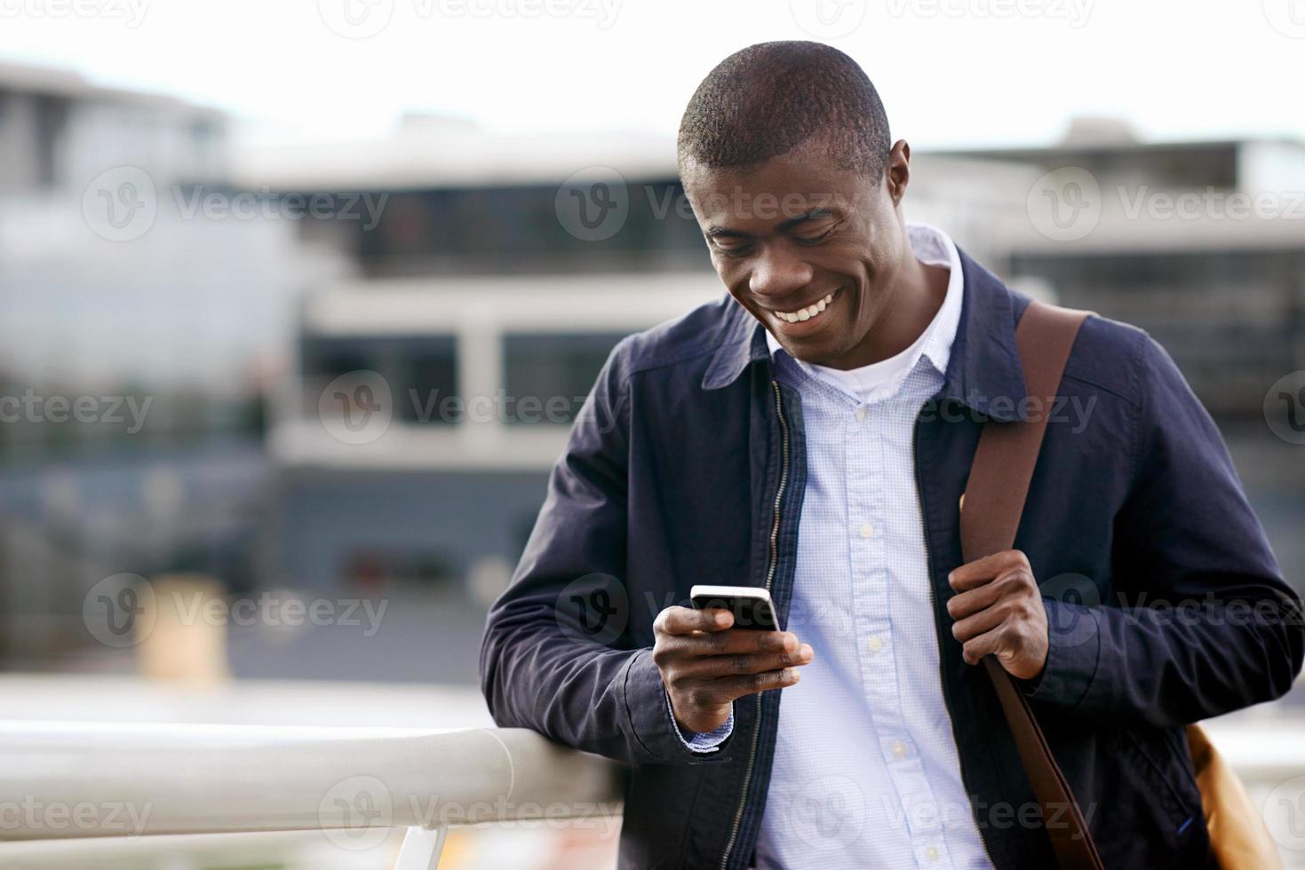 homme africain téléphone souriant photo