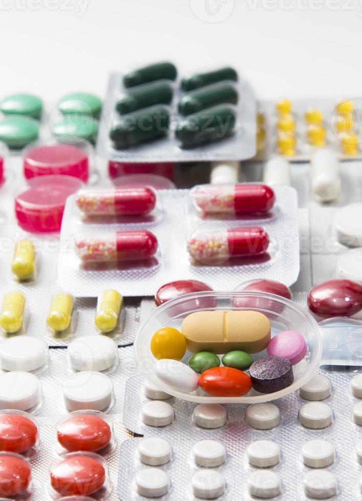 comprimés de couleur, gélules et vitamines sous blister photo