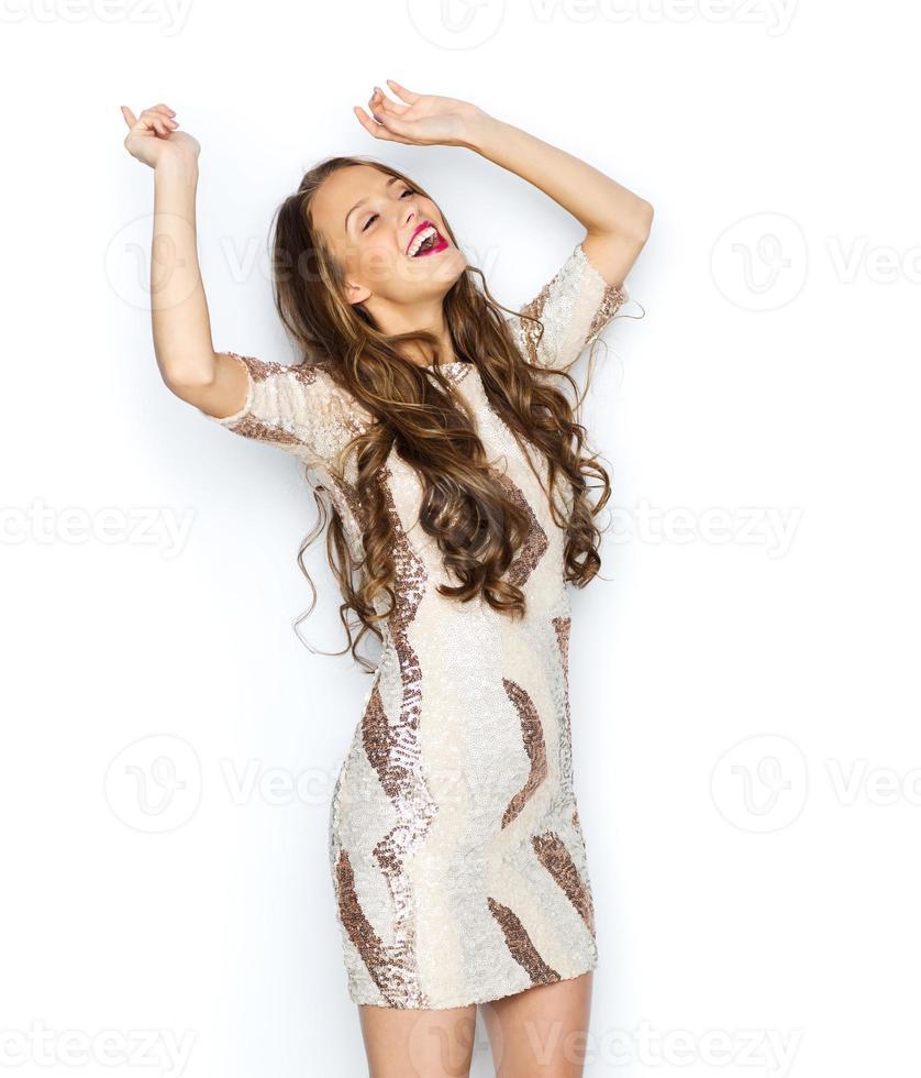 heureuse jeune femme ou adolescente en robe de soirée photo