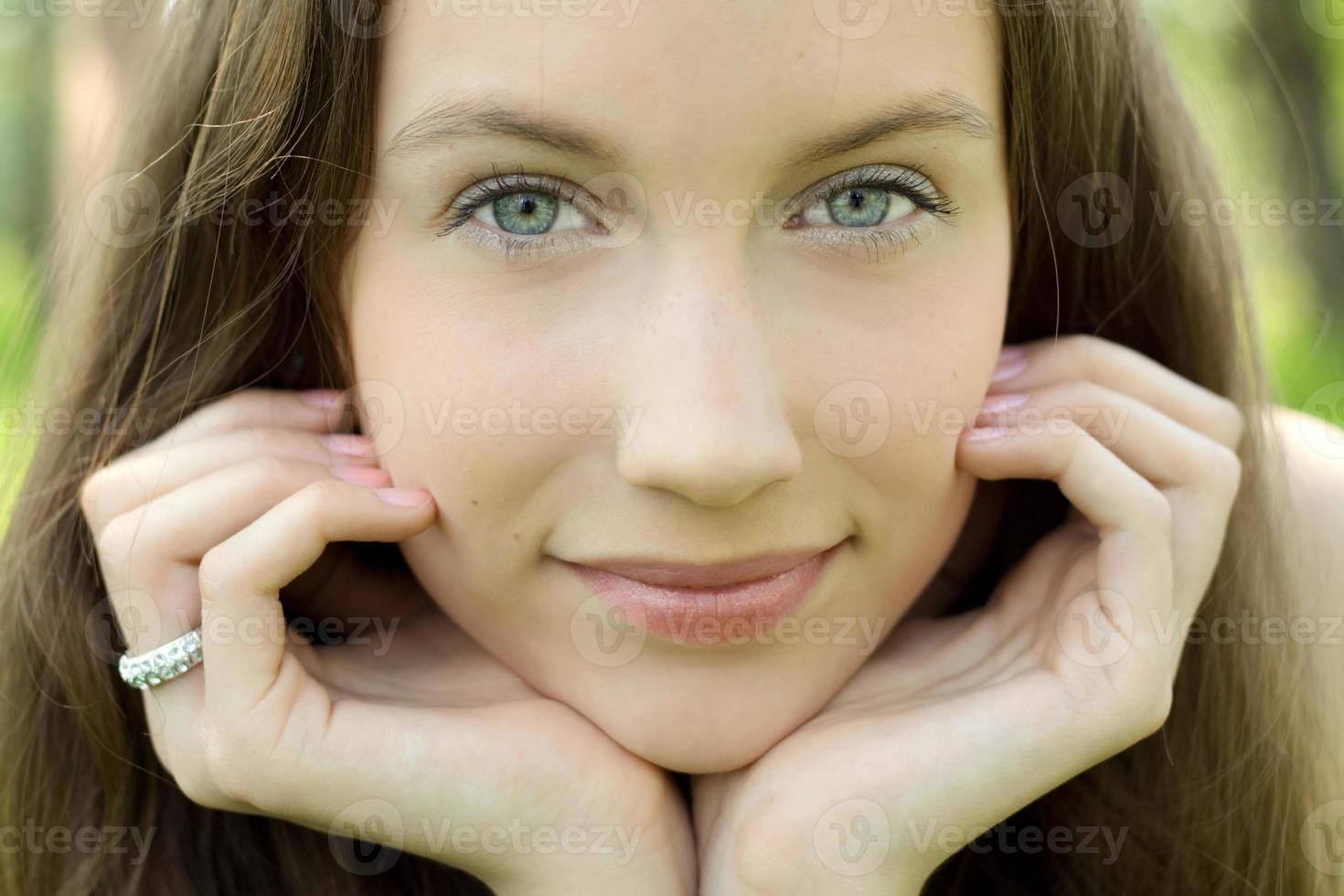 portrait de closeup jeune belle adolescente photo
