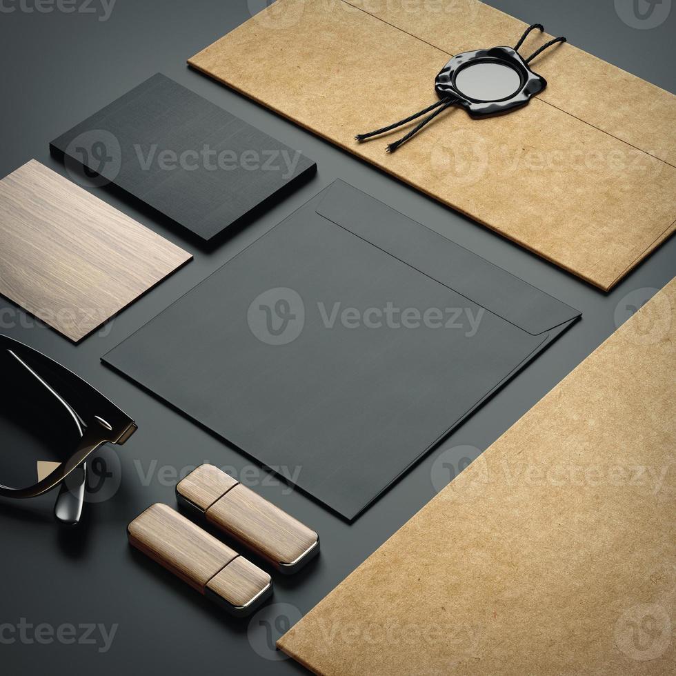 éléments de marque sur fond de papier noir photo