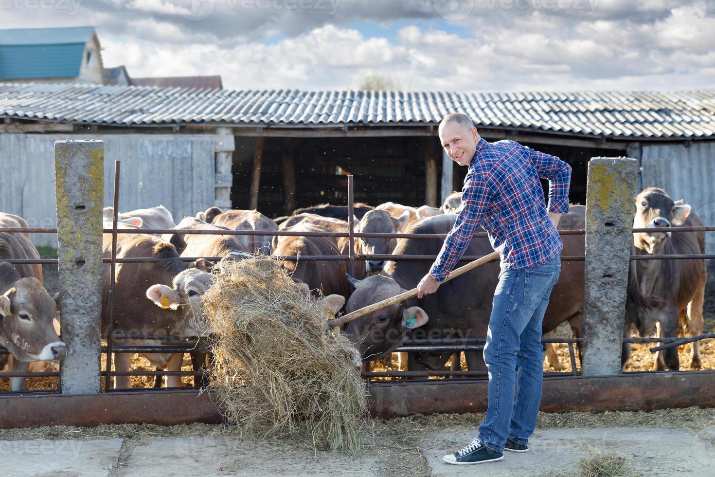 éleveur mâle dans une ferme photo