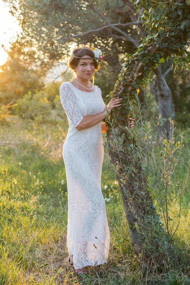 fille près d'un arbre au coucher du soleil photo
