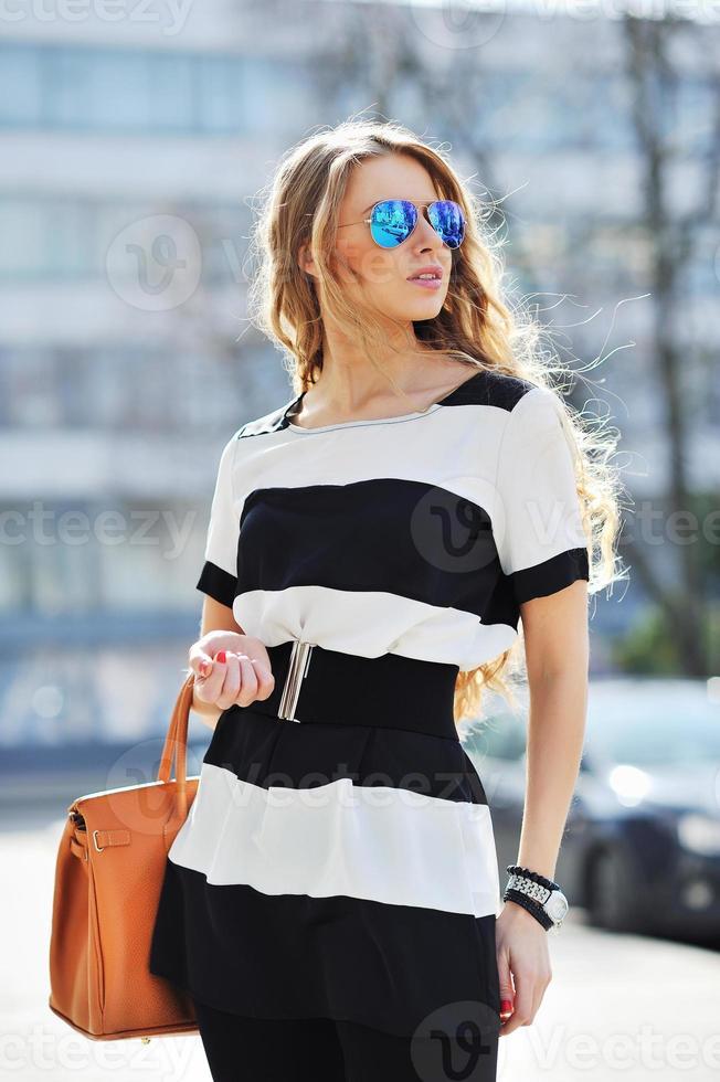 portrait en plein air de jeune femme à la mode photo
