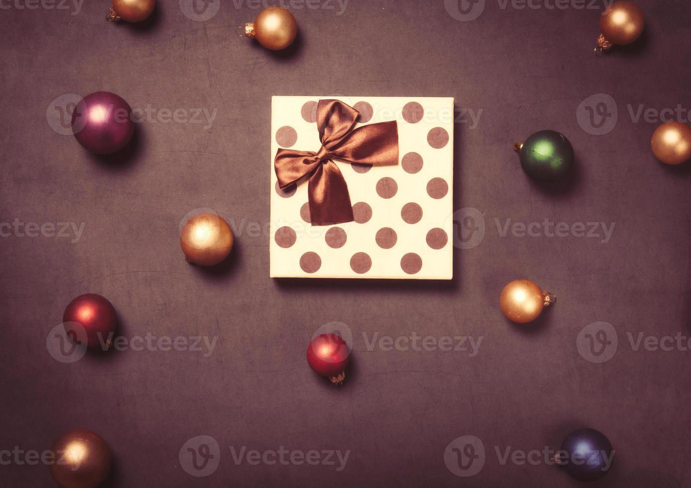 boîte-cadeau de Noël et babioles photo
