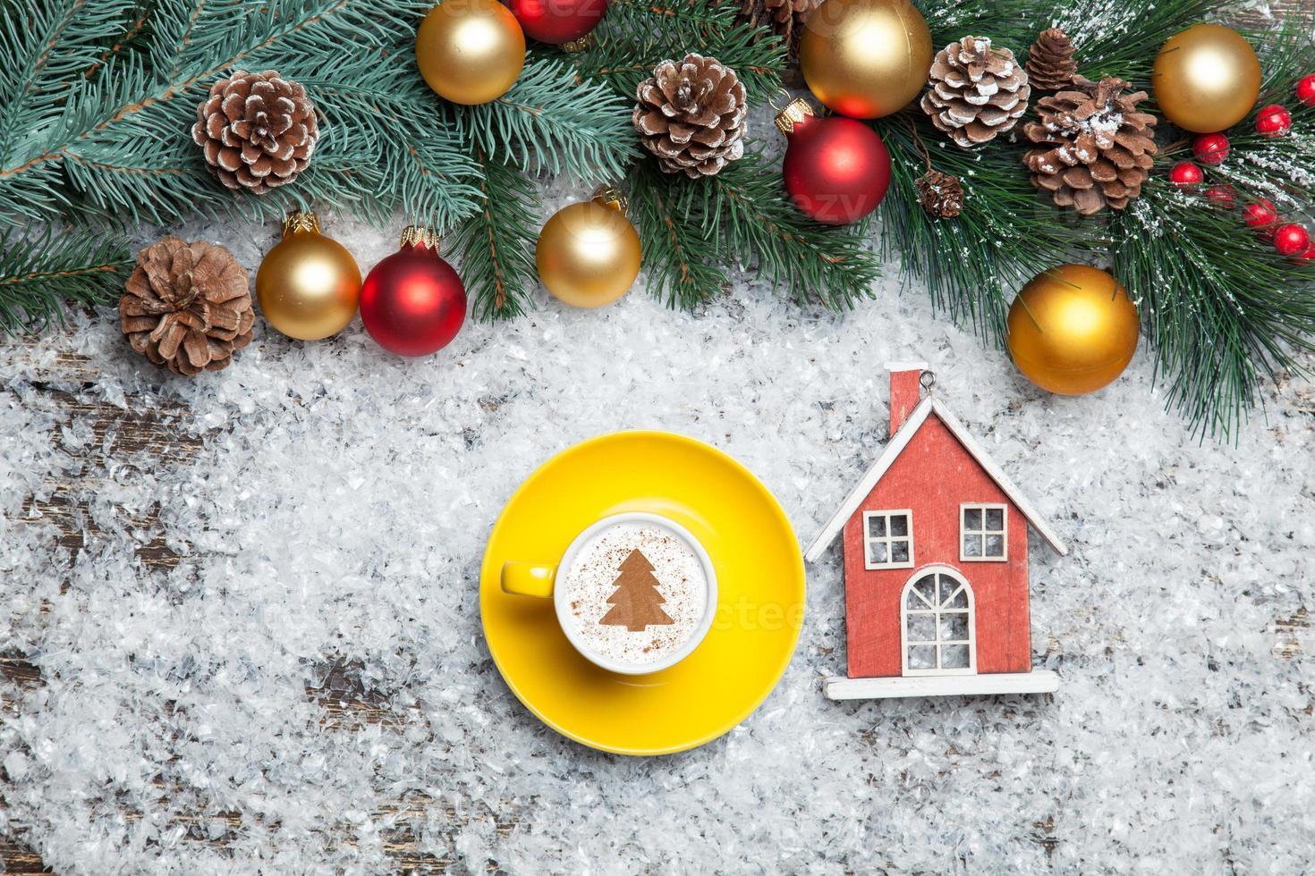 Cappuccino avec forme d'arbre de Noël et jouet maison sur artificielle photo