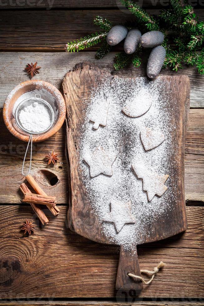 décorer avec du sucre glace des biscuits de Noël photo