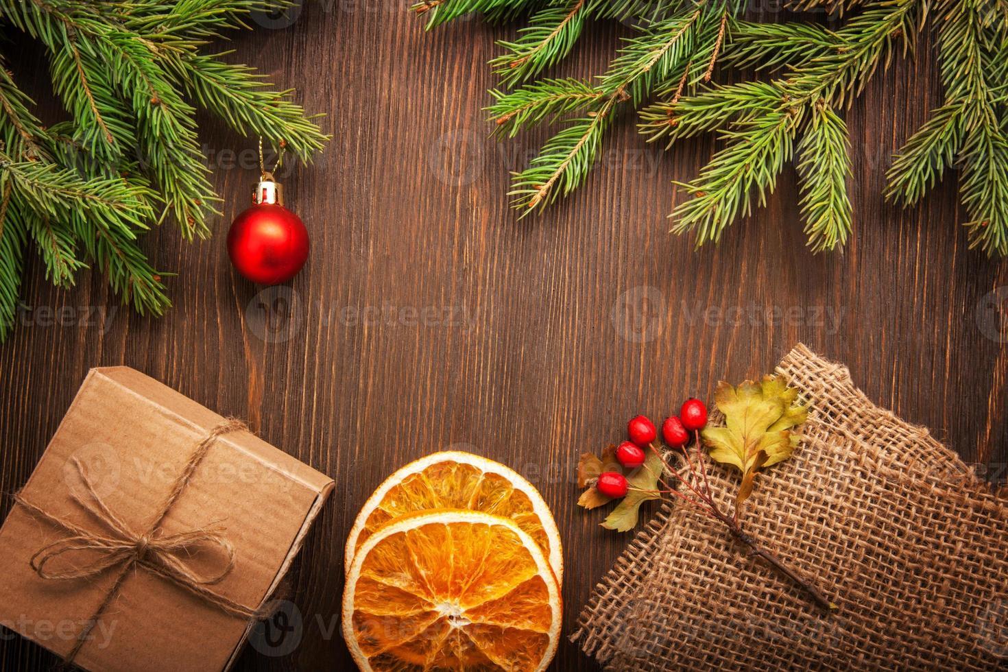 arbre de Noël en pain d'épice et cadeaux sur table photo