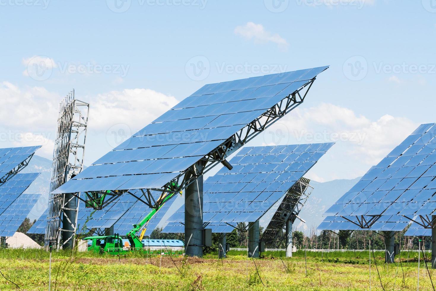 panneau solaire dans le vert photo