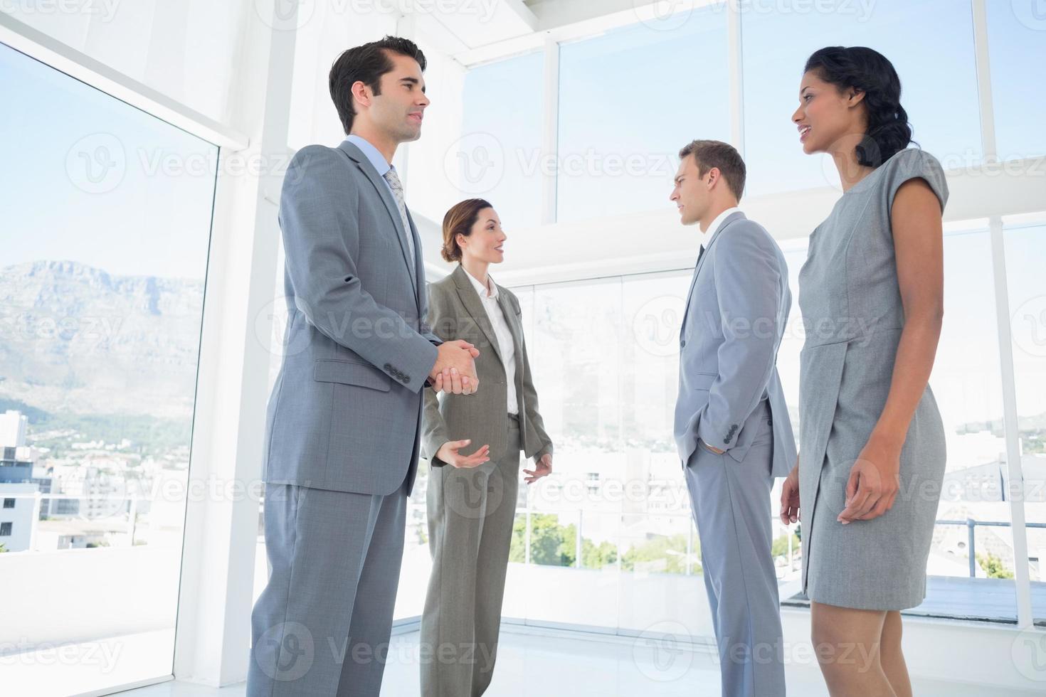 équipe commerciale ayant une conversation photo