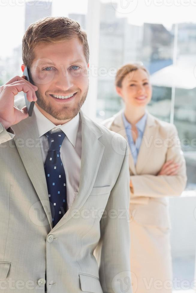 homme d'affaires heureux ayant une conversation téléphonique photo