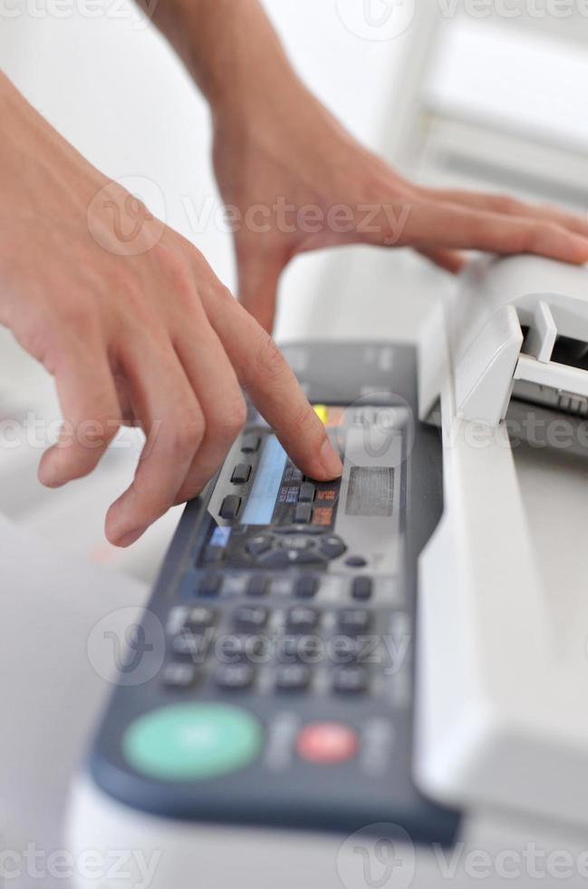 mains d'homme d'affaires exploitant un télécopieur photo