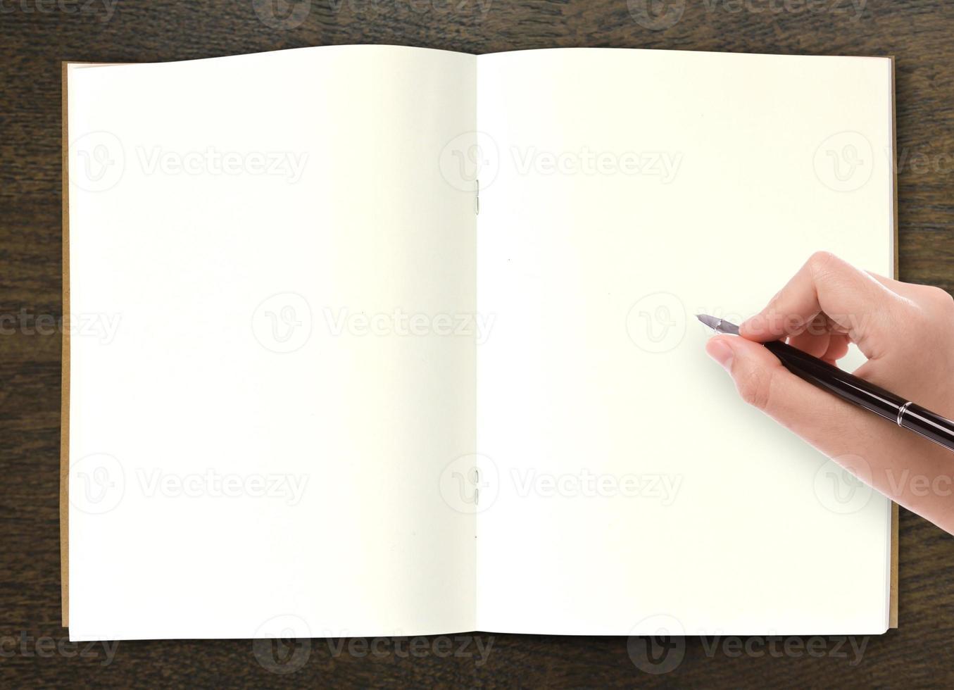 écrit à la main dans un livre ouvert sur la table photo