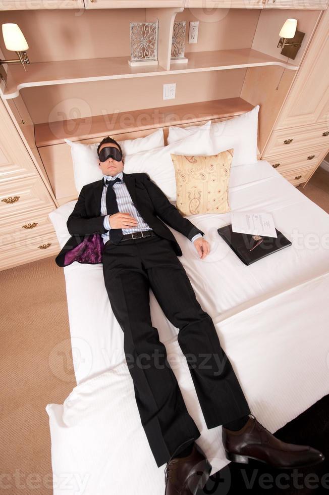 homme d'affaires avec masque pour les yeux photo