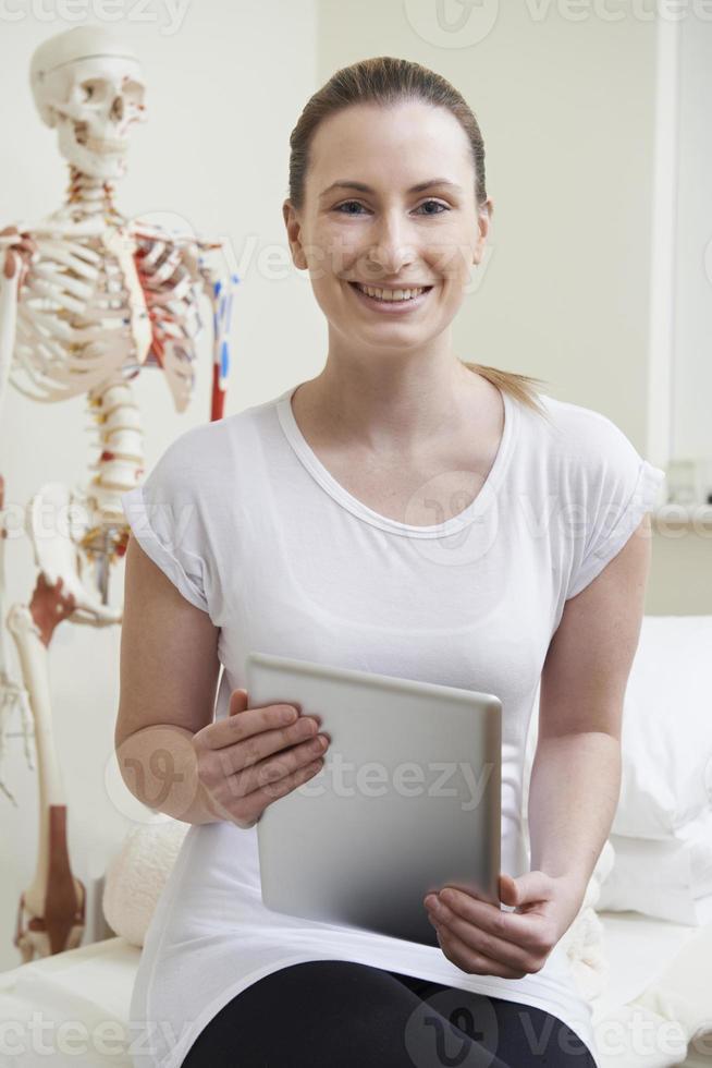 portrait, de, femme, ostéopathe, dans, salle consultation, à, onglet numérique photo