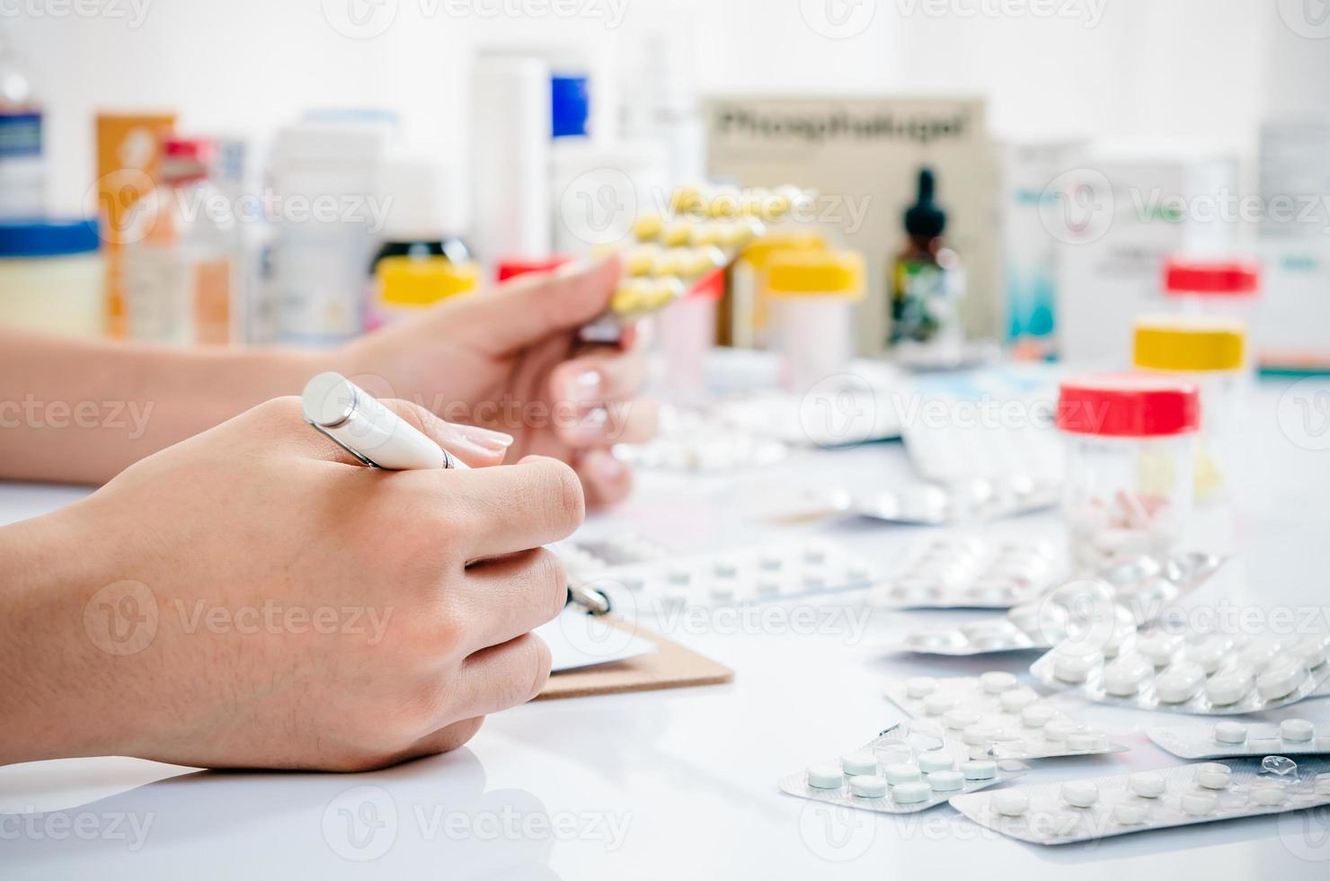 tas de médicaments photo