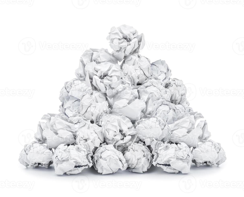 tas de papier froissé isolé sur fond blanc photo