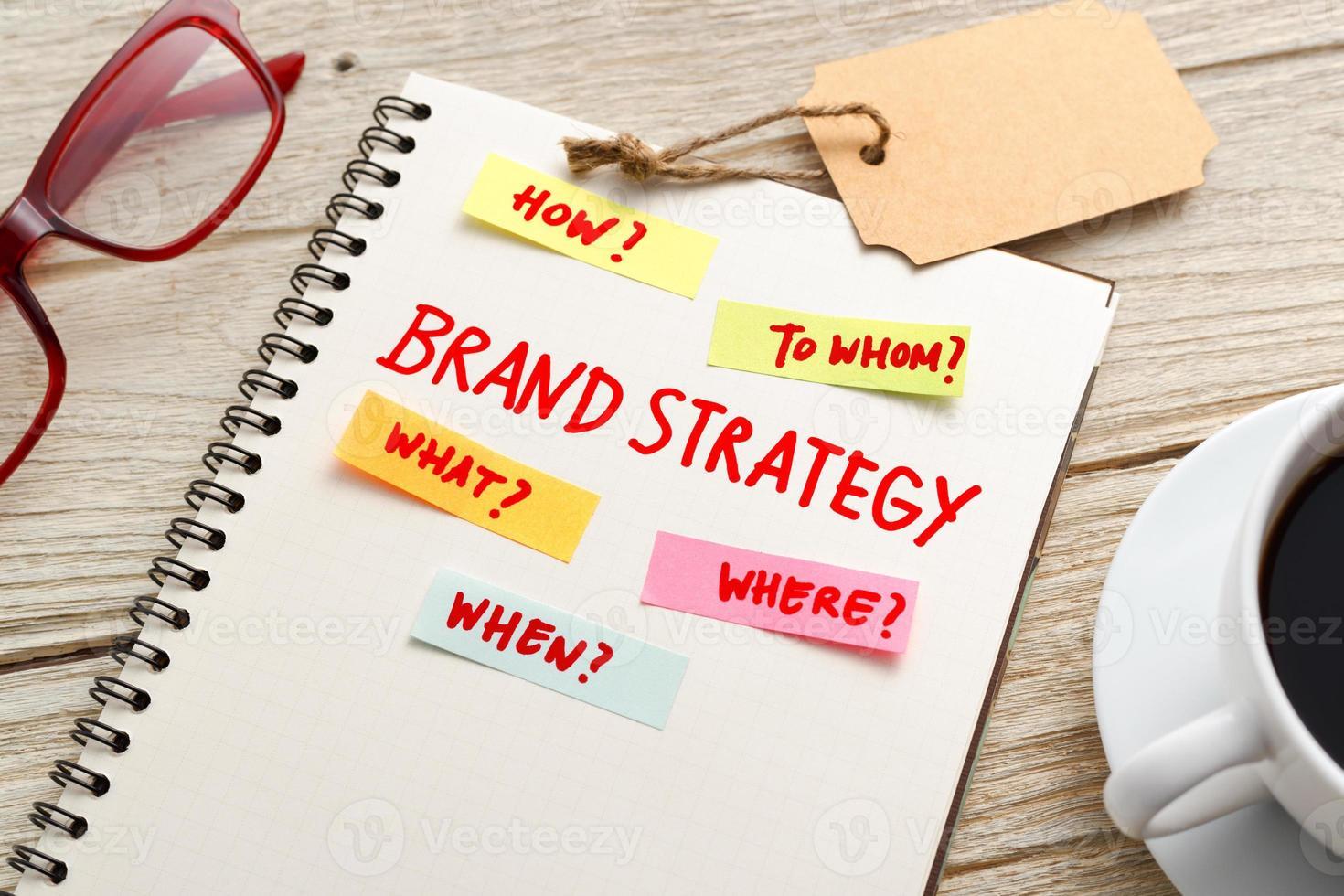 concept de marketing de stratégie de marque avec ordinateur portable sur la table de travail photo