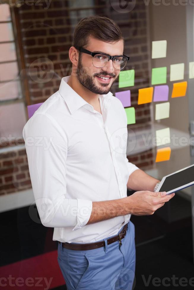 homme d'affaires décontracté à l'aide de sa tablette photo