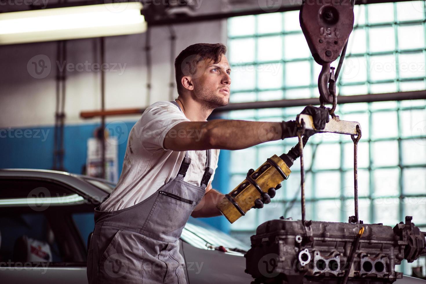 travailleur d'atelier automobile photo