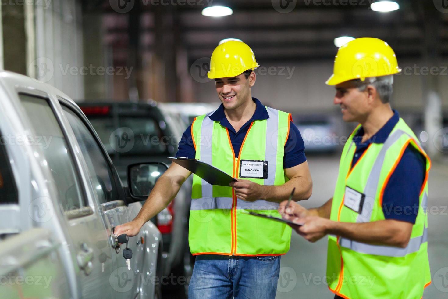 travailleurs de la compagnie maritime inspectant le véhicule photo