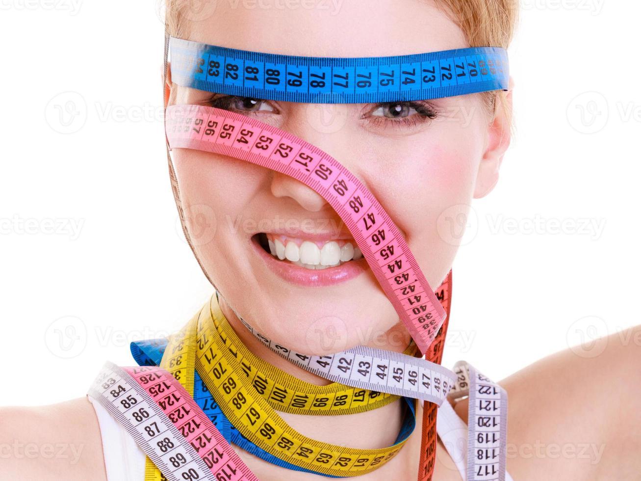 fille obsédée avec des rubans à mesurer violets autour de sa tête photo