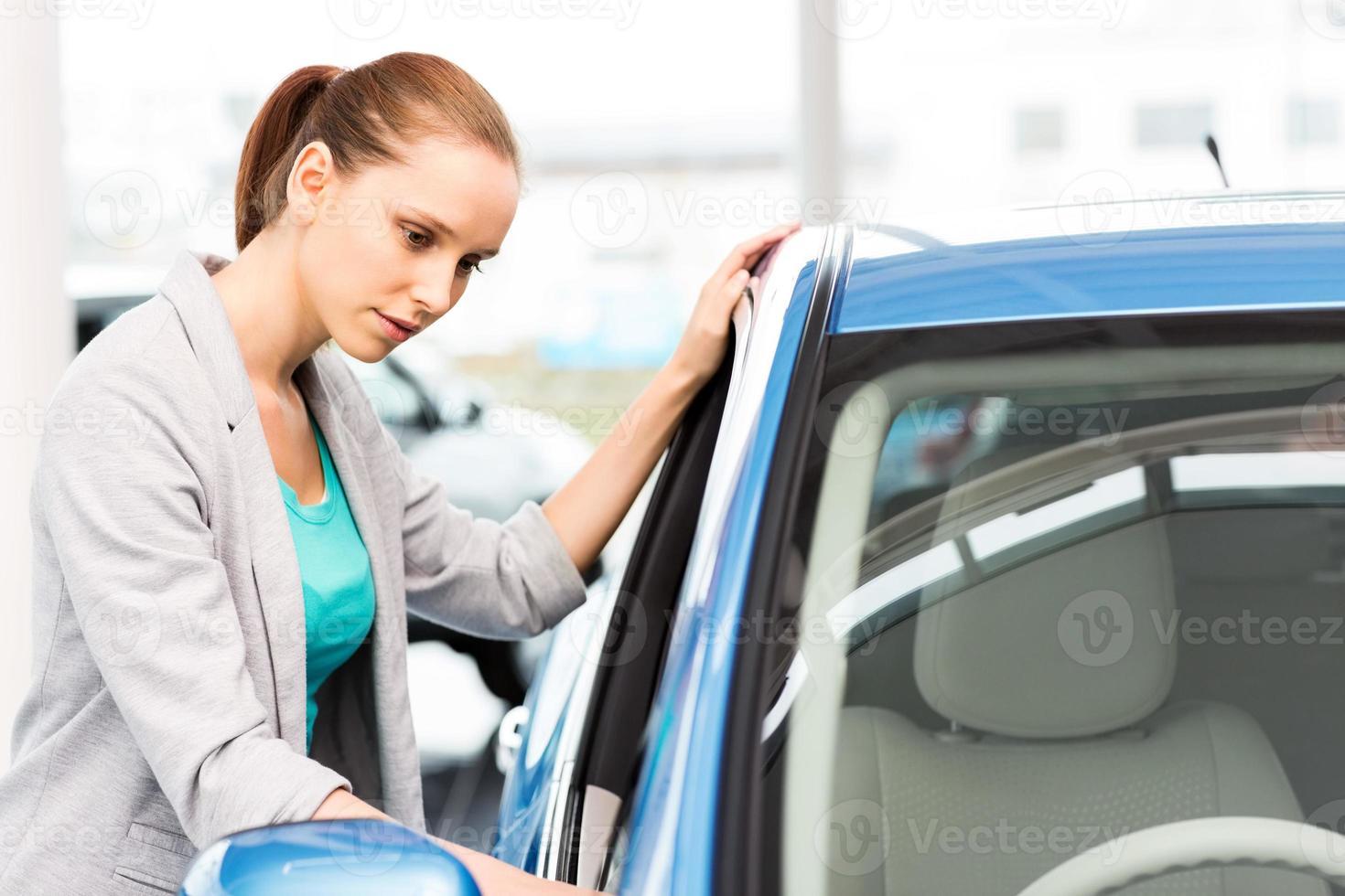 femme regardant voiture photo