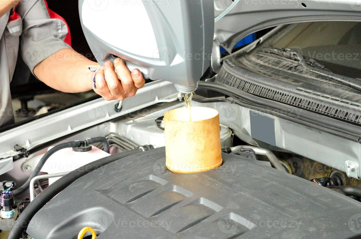 ajouter de l'huile moteur photo