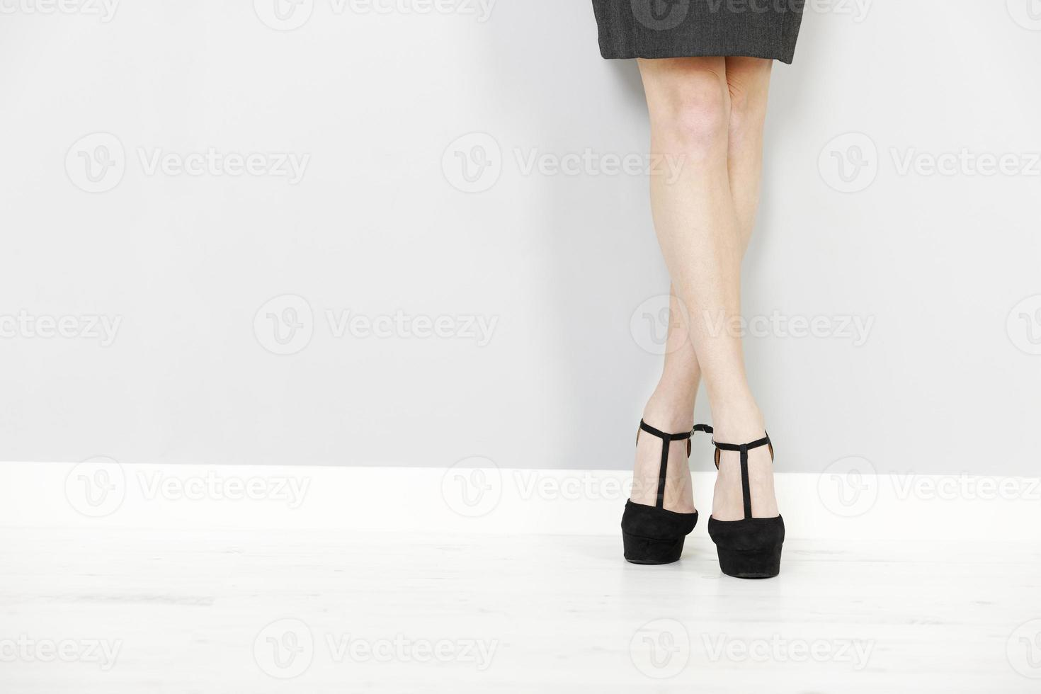 jambes de femme contre un mur photo