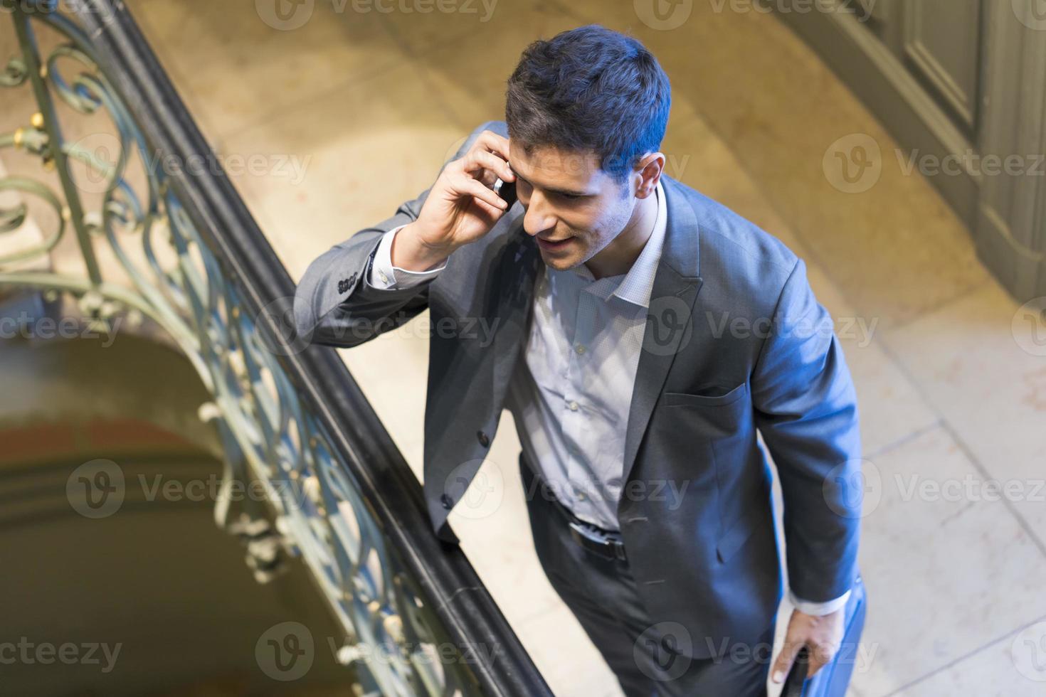 homme d'affaires sur téléphone mobile dans l'escalier. vue d'en haut photo