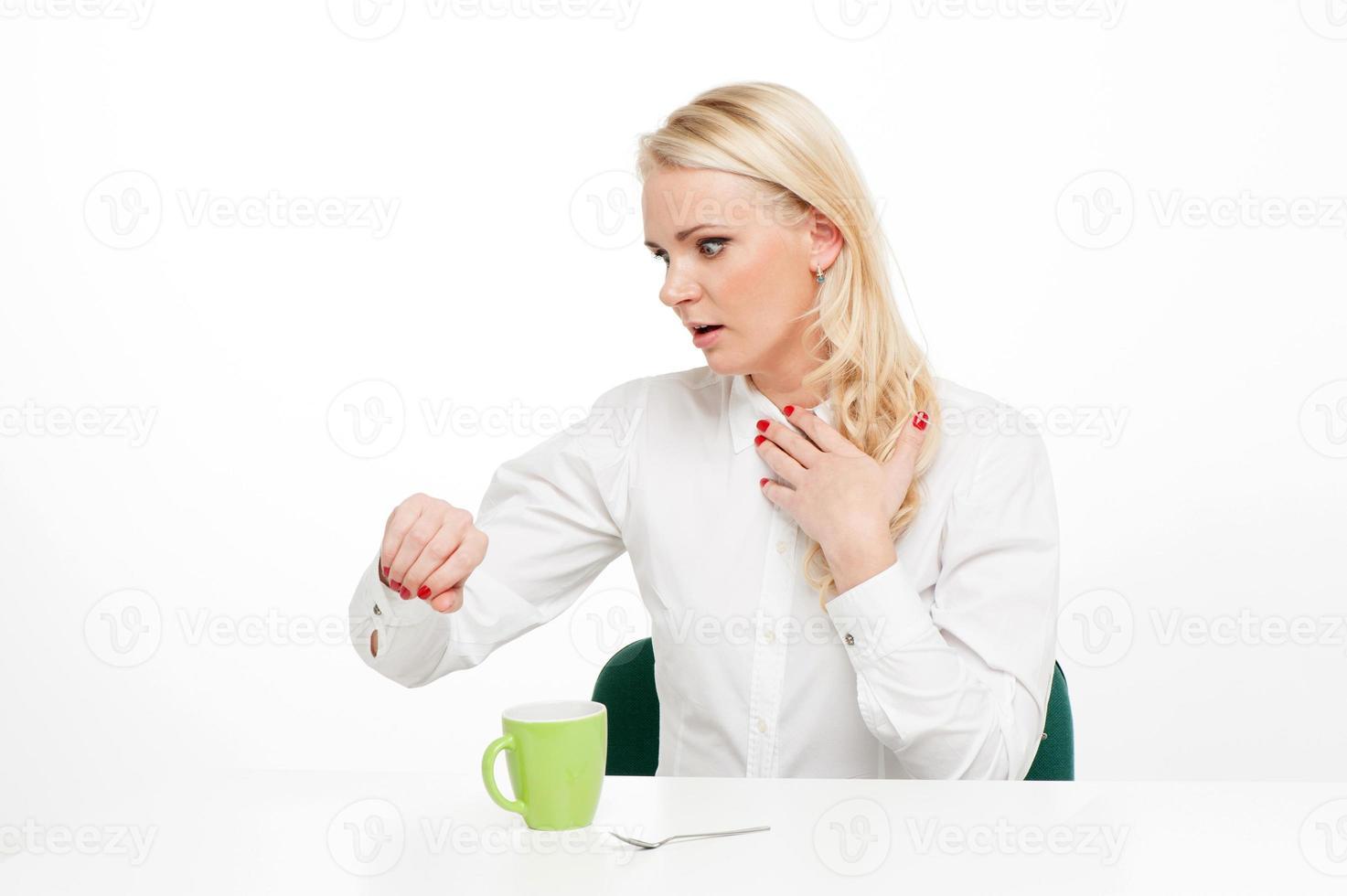 femme d'affaires loock sur sa montre photo