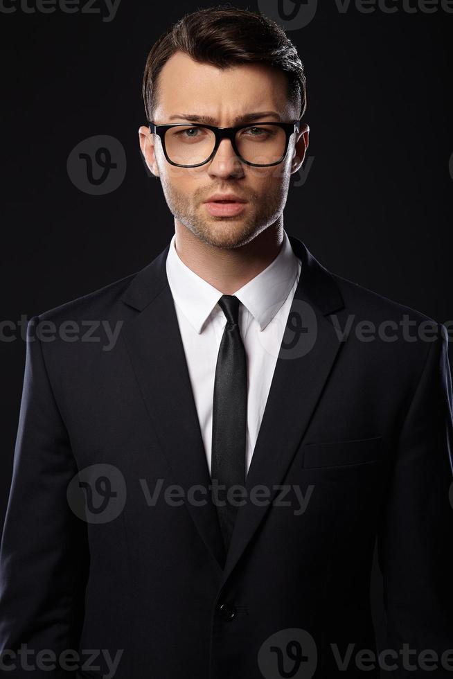 homme affaires, porter, suite, fond noir photo