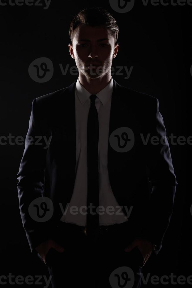 bel homme d'affaires en suite noire, rétro-éclairage photo