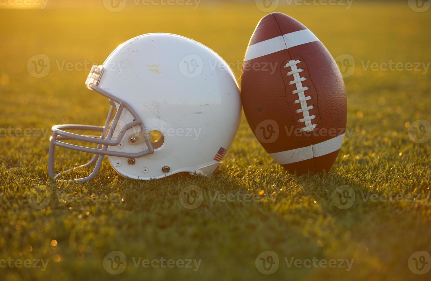 football et casque sur le terrain photo